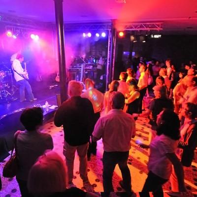 Gäste tanzen vor Bühne zu Livemusik