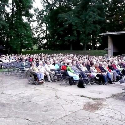 Openair Viele Zuschauer sitzen vor einer Bühne