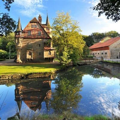 Gutshaus und Kornkammer am Teich