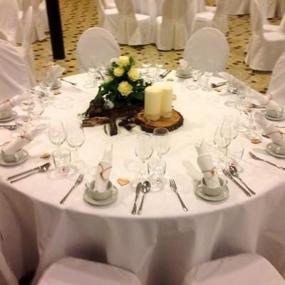 festlich, runde Tische mit Stühlen