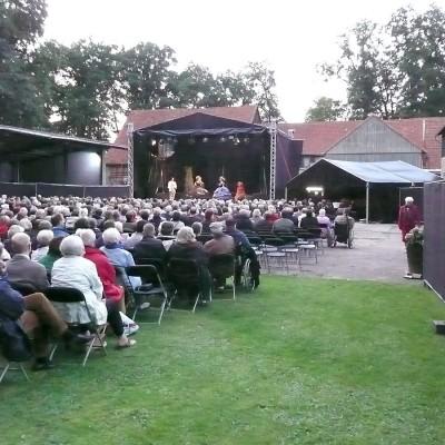 Openair Vorstellung Zuschauer sitzen vor einer Bühne