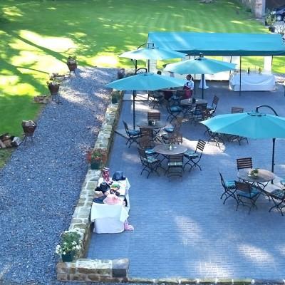 Terrasse mit großen Sonnenschirmen