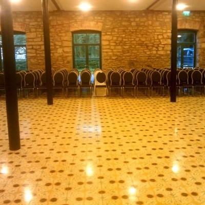 Saal mit Stühlen