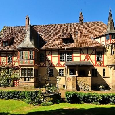 historisches Gutshaus im Sommer