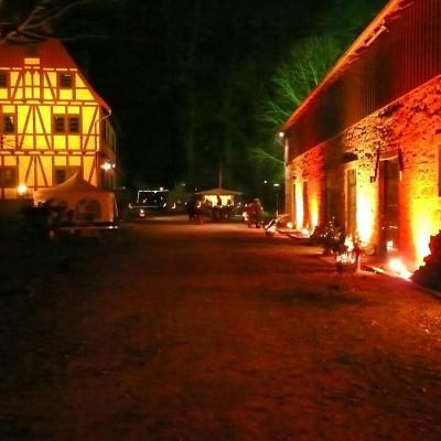 Feuerkörbe vor Sandsteingebäude